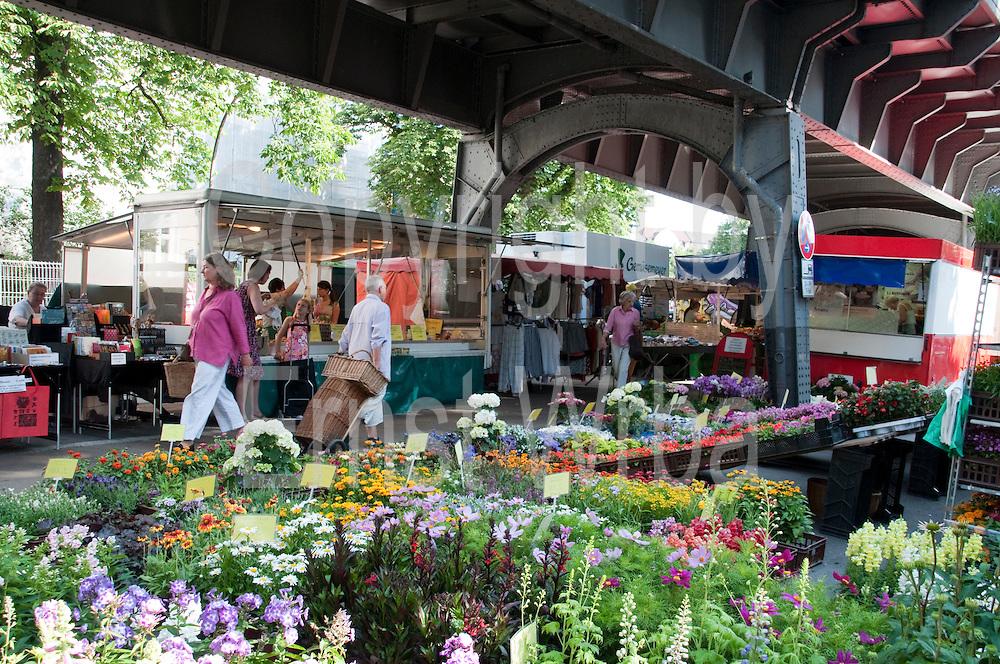 Isemarkt, Wochenmarkt Isestrasse unter der U.Bahn, Harvestehude, Hamburg, Deutschland.|.market in Ise Street, Harvestehude, Hamburg, Germany.