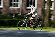 In Zeist rijden fietsers door het centrum.<br /> <br /> In Zeist cyclist ride at the city center.