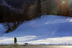 05.01.2016, Taxenbach, AUT, Wintereinbruch in weiten Teilen Österreichs, im Bild eine Spaziergängerin mit Hund im Sonnenlicht // a walker with dog in sunlight, Taxenbach, Austria on 2016/01/05. EXPA Pictures © 2015, PhotoCredit: EXPA/ JFK