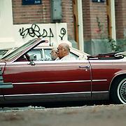 Pistolen Paultje Wilking rijden in zijn Cadillac door de  Cornelis Schuytstraat Amsterdam