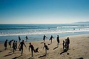 Valpo Surf Project, es una organización comunitaria que relaciona a sus participantes con el medioambiente marino a través de sesiones programadas de surf que se centran en tres ideas fundamentales: Desarrollo de habilidades del idioma ingles, Desarrollo valórico personal y Conciencia medioambiental. De esta manera, los fundadores del proyecto junto a un grupo de colaboradores imparte clases gratuitas de surf para menores de escasos recursos de la ciudad de Valparaiso. Valparaiso, Chile 17-08-2014 (©Alvaro de la Fuente/Triple.cl)