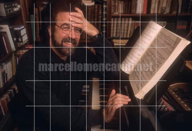 Rome, 1996. Italian conductor Giuseppe Sinopoli at piano in his house / Roma, 1996. Il direttore d'orchestra Giuseppe Sinopoli al piano nella sua casa - © Marcello Mencarini