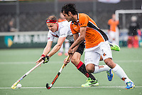 AMSTERDAM - Amsterdam - Oranje Zwart , Wagener Stadion , Hockey , Play-off hoofdklasse hockey heren , 03-05-2015 , Amsterdam speler justing Reid Ross (l) in duel met Rijwan Huhammad (r)