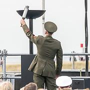 NLD/Terneuzen/20190831 - Start viering 75 jaar vrijheid, Amerikaanse soldaat ontsteekt het vuur
