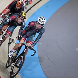 18-12-2016: Wielrennen: NK baanwielrennen: Apeldoorn  <br />APELDOORN (NED) baanwielrennen<br />Melvin van Zijl (gele helm) wordt door Nick Stopler de baan in geslingerd tijdens het NK koppelkoers. Na 50km zijn zij de nieuwe Nederlandse kampioenen