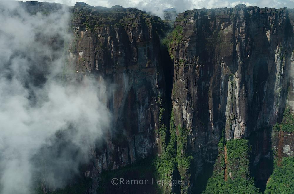 """AUYANTEPUY, VENEZUELA.Vista aérea  del cañon del diablo.  El Auyantepuy es el mayor de los tepuis del Parque Nacional Canaima. En sus 700 kms2 alberga el salto angel o conocido por lengua indígena Pemon como """"Kerepacupai Vena; es la caída de agua más grande del mundo con sus 979 metros de altura. (Ramon lepage /Orinoquiaphoto/LatinContent/Getty Images)"""