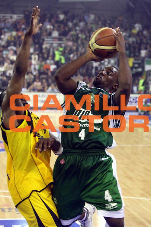 DESCRIZIONE : Scafati Lega A1 2006-07 Legea Scafati Air Avellino <br /> GIOCATORE : Darby <br /> SQUADRA : Air Avellino <br /> EVENTO : Campionato Lega A1 2006-2007 <br /> GARA : Legea Scafati Air Avellino <br /> DATA : 18/11/2006 <br /> CATEGORIA : Tiro <br /> SPORT : Pallacanestro <br /> AUTORE : Agenzia Ciamillo-Castoria/G.Ciamillo