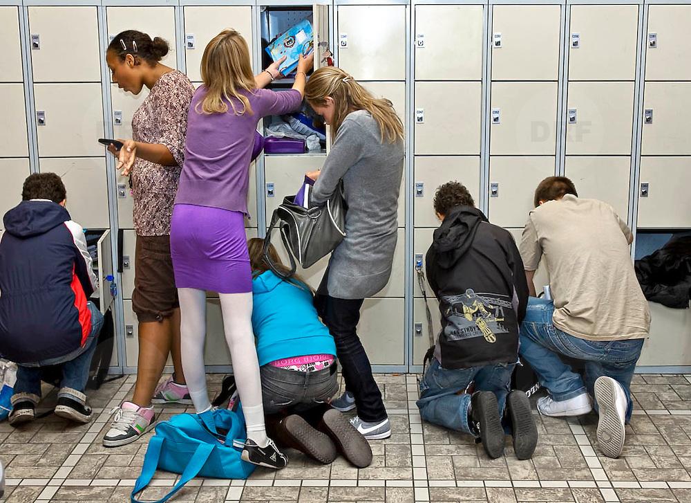 Nederland Rotterdam 23-09-2009 20090923 Serie over onderwijs,   openbare scholengemeenschap mavo, havo en vwo. Leerlingen wisselen boeken bij lockers, tussen de lessen.                                               .Foto: David Rozing