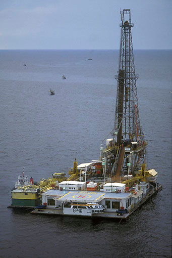 Vista aerea de gabarra con taladro para perforacion petrolera, Sur del lago, Estado Zulia, Venezuela .