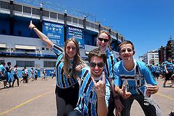 Movimento de torcedores do Grêmio nos arredores do Estádio Olímpico, em Porto Alegre (RS), antes do clássico contra o Internacional, válida pela última rodada do Campeonato Brasileiro 2012. Hoje é partida de despedida do estádio, que será fechado e demolido para projetos imobiliários. FOTO: Jefferson Bernardes/Preview.com