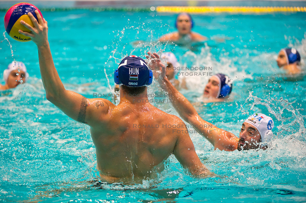 29-01-2012 WATERPOLO: EC ITALY - HUNGARY: EINDHOVEN<br /> European Championships bronze medal match Italy - Hungary / (L-R) Gergely Kiss HUN, Maurizio Felugo ITA<br /> (c)2012-FotoHoogendoorn.nl / Peter Schalk
