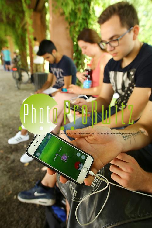 Mannheim. 22.07.16 Am Wasserturm. Scharen von Smartphone-App User des Spiels Pokemon Go treffen sich und versuchen die kleinen Monster zu suchen.<br /> Bild: Markus Prosswitz 22JUL16 / masterpress (Bild ist honorarpflichtig - No Model Release!)