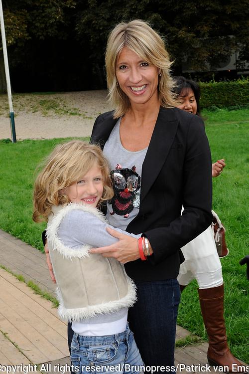 Prinses Maxima en haar drie dochters bij premiere Fantasia de Muisical<br /> <br /> Op de foto: Mariette Fehmers met dochter mirre