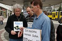 17 JUL 2001, BERLIN/GERMANY:<br /> Herve Chapelliere aus Frankreich, Thomas Borgartz, aus Deutschland, und Josip Krajina, aus Kroatien,Teilnehmer eines Hungerstreiks von Muettern und Vaetern die ihre Kinder aus Bi-Nationalen Beziehungen nach der Trennung vom Partner oefter treffen wollen. Alexanderplatz<br /> IMAGE: 20010717-04-003<br /> KEYWORDS: Vater, Mutter, Väter, Mütter, Demonstration, Scheidung, Scheidungskind, Hungerstreik