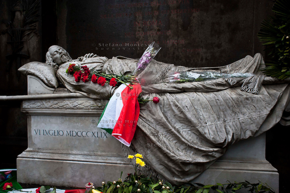 Roma 17 Marzo 2011.Festa dei 150 anni dell'Unita' d'Italia.Ricordo di Goffredo Mameli  organizzato dal Municipio Roma III con  deposizione di una corona di fiori al Monumento funebre a Mameli. Riflessioni, lettura e canti su Risorgimento e Resistenza. Il monumento funebre di Goffredo Mameli.Rome March 17, 2011.Celebration To Mark 150th Anniversary Of Unification Italy.In memory of  Goffredo Mameli, organized by the Municipality of Rome III, deposition with a wreath at the Monument to Mameli. Reflections, reading and singing about the Risorgimento and the Resistance.