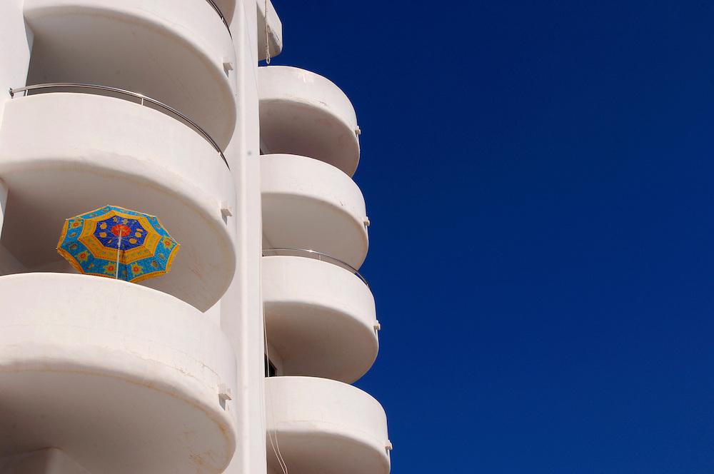 Spanien Ibiza Santa Eulalia Del Rio Herbst Oktober Urlaub Tourismus Sonnenschirm Haus Haeuserfassade Strand Schiffe Faehren nach Ibiza und Formentera Insel Balearen Europa [Farbtechnik sRGB 34.49 MByte vorhanden]  Geography / Travel Europa Spanien Ibiza