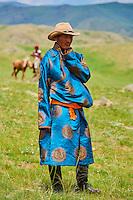 Mongolie, province de Bayankhongor, fêtes traditionnelles de Naadam, nomade mongol en costume traditionnel dans la steppe // Mongolia, Bayankhongor province, Naadam, traditional festival, a nomad man in deel, traditionnal costume