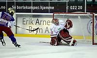 Ishockey Hockey<br /> Getligaen<br /> Jordal Amfi 09.10.11<br /> Vålerenga VIF - Lillehammer<br /> Justin Donato setter inn avgjørende straffe bak Ryan Nie  <br /> Foto: Eirik Førde