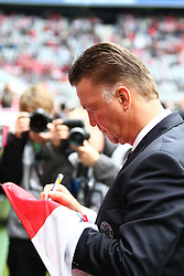 25.09.2010, Allianz Arena, Muenchen, GER, 1.FBL, FC Bayern Muenchen vs 1. FSV Mainz 05, im Bild Louis van Gaal (Trainer Bayern) gibt vor dem Spiel Autogramme , EXPA Pictures © 2010, PhotoCredit: EXPA/ nph/  Straubmeier+++++ ATTENTION - OUT OF GER +++++ / SPORTIDA PHOTO AGENCY