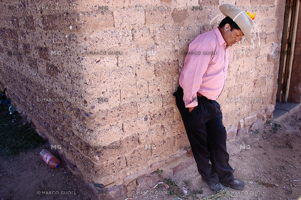 HOMBRE BORRACHO DURANTE EL CARNAVAL, JUIRI, QUEBRADA DE HUMAHUACA, PROV. DE JUJUY, ARGENTINA