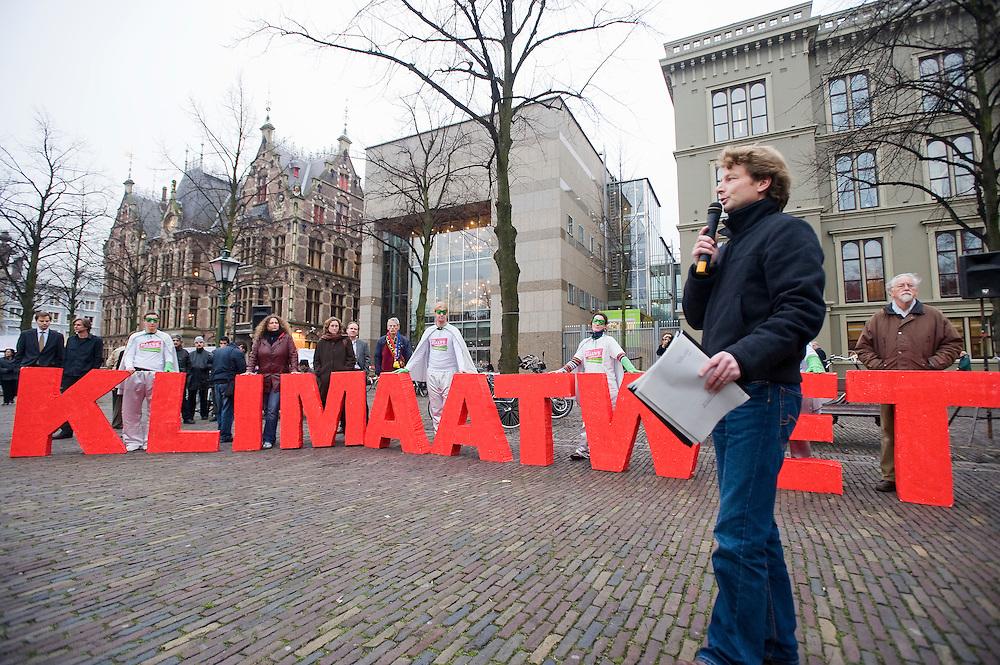 Nederland. Den Haag, 27 nov 2008.Milieudefensie heeft de afgelopen tijd handtekeningen verzameld VOOR een goede klimaatwet. Die handtekeningen werden vandaag aangeboden aan een aantal kamerleden. .Foto (c) Michiel Wijnbergh