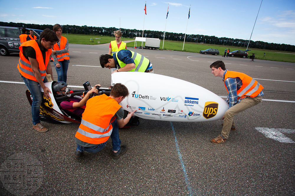 In Lelystad testen Iris Slappendel (foto) en Aniek Rooderkerken de VeloX 7 op de RDW baan. In september wil het Human Power Team Delft en Amsterdam, dat bestaat uit studenten van de TU Delft en de VU Amsterdam, tijdens de World Human Powered Speed Challenge in Nevada een poging doen het wereldrecord snelfietsen voor vrouwen te verbreken met de VeloX 7, een gestroomlijnde ligfiets. Het record is met 121,44 km/h sinds 2009 in handen van de Francaise Barbara Buatois. De Canadees Todd Reichert is de snelste man met 144,17 km/h sinds 2016.<br /> <br /> In Lelystad Iris Slappendel and Aniek Rooderkerken test the VeloX 7 at the RDW track. With the VeloX 7, a special recumbent bike, the Human Power Team Delft and Amsterdam, consisting of students of the TU Delft and the VU Amsterdam, also wants to set a new woman's world record cycling in September at the World Human Powered Speed Challenge in Nevada. The current speed record is 121,44 km/h, set in 2009 by Barbara Buatois. The fastest man is Todd Reichert with 144,17 km/h.