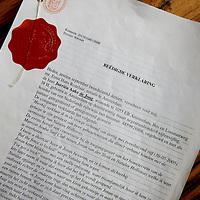 Nederland, Amsterdam , 11 februari 2015.<br /> Jurrien de Jong was volgens hem zelf getuigen bij de verdwijning van Natalee Holloway 9 jaar geleden op Aruba.<br /> Op facebook doet hij een eenmalig verzoek naar misdaadjournalist John van den Heuvel.<br /> Geachte heer van den Heuvel,laat ik maar gelijk met de deur in huis vallen: ik ben ooggetuige en weet precies waar het stoffelijk overschot van Natalee Holloway verstopt ligt! Gisteren heb ik uw collega dhr. de Vries tevens bericht,maar gezien zijn achtergrond prefereer ik dat wij samen dit mysterie oplossen.<br /> Op de foto: De beedigde verklaring van Jurrien de Jong omtrent zijn getuigenis.<br /> Foto:Jean-Pierre Jans