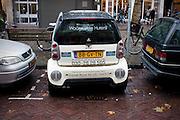 Een Smart staat dwars geparkeerd op een krappe parkeerplek op de Mariaplaats in Utrecht.<br /> <br /> A Smart is parked sideways in a very small parking lodge in Utrecht