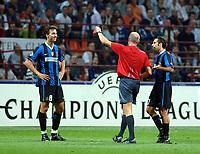 Fotball<br /> Foto: imago/Digitalsport<br /> NORWAY ONLY<br /> <br /> FOOTBALL - CHAMPIONS LEAGUE 2006/2007 - 1ST ROUND - INTER V BAYERN MÜNCHEN - 27/09/2006<br /> <br /> Zlatan Ibrahimovic (Inter, li.) bekommt von FIFA Schiedsrichter Steve Bennett die rote Karte, Luis Figo (Inter) versucht noch zu verhandeln