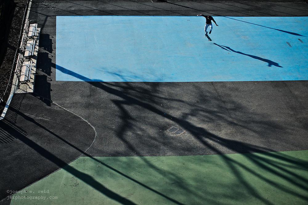 Man skateboardingi n park, Brooklyn, NY, US