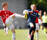 FODBOLD: Jacob Egeris (Vejle Boldklub) sparker væk foran Pierre Larsen (FC Helsingør) under kampen i NordicBet Ligaen mellem Vejle Boldklub og FC Helsingør den 21. maj 2017 på Vejle Stadion. Foto: Claus Birch