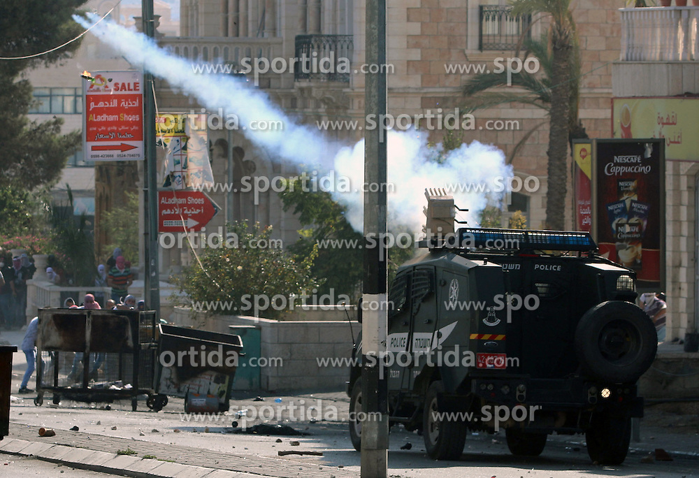 16.10.2015, Bethlehem, PSE, Gewalt zwischen Pal&auml;stinensern und Israelis, im Bild Zusammenst&ouml;sse zwischen Pal&auml;stinensischen Demonstranten und Israelischen Sicherheitskr&auml;fte // An Israeli military vehicle fires tear gas towards Palestinian protesters during clashes at the main entrance of the West Bank city of Bethlehem on October 16, 2015. The unrest that has engulfed Jerusalem and the occupied West Bank, the most serious in years, has claimed the lives of 35 Palestinians and seven Israelis. The tension has been triggered in part by Palestinians' anger over what they see as increased Jewish encroachment on Jerusalem's al-Aqsa mosque compound, Palestine on 2015/10/16. EXPA Pictures &copy; 2015, PhotoCredit: EXPA/ APAimages/ Muhesen Amren<br /> <br /> *****ATTENTION - for AUT, GER, SUI, ITA, POL, CRO, SRB only*****