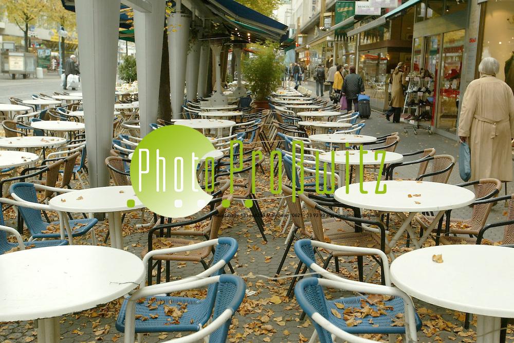 Mannheim. Der Herbst kommt. Openair Cafes nur noch mit &Uuml;berdachung und Heizstrahler. &Ouml;VA Passage.<br /> <br /> Bild: Pro&szlig;witz