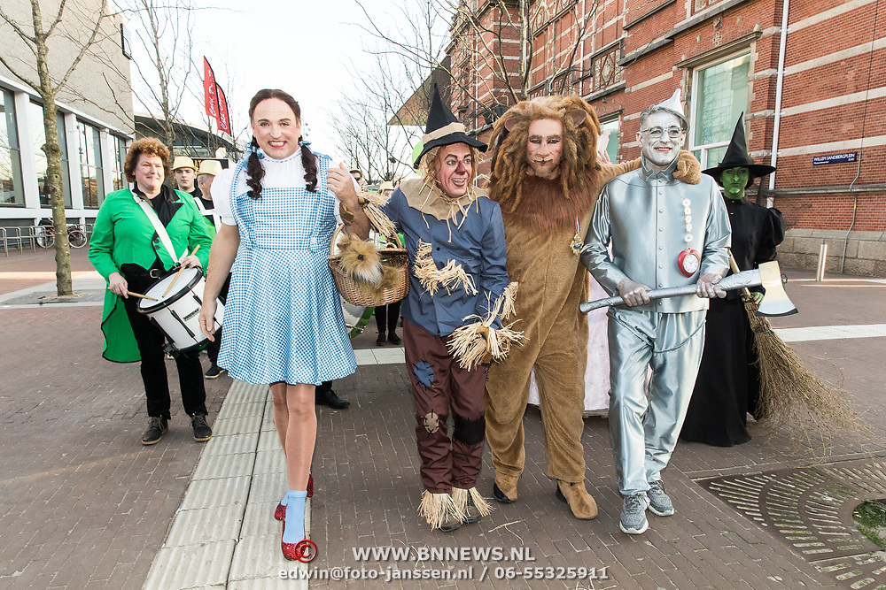 NLD/Amsterdam/20190401 -  Opening Burgerroom Gordon , Gordon en de caracters ui the Wizard of Oz