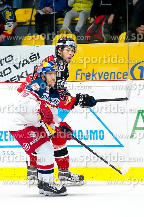 17.11.2015, Ice Rink, Znojmo, CZE, EBEL, HC Orli Znojmo vs EC Red Bull Salzburg, 21. Runde, im Bild v.l. Ryan Duncan (EC Red Bull Salzburg ) Jakub Stehlik (HC Orli Znojmo) // during the Erste Bank Icehockey League 21th round match between HC Orli Znojmo and EC Red Bull Salzburg at the Ice Rink in Znojmo, Czech Republic on 2015/11/17. EXPA Pictures © 2015, PhotoCredit: EXPA/ Rostislav Pfeffer