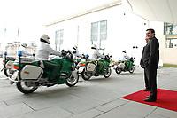 25 FEB 2002, BERLIN/GERMANY:<br /> Gerhard Schroeder, SPD, Bundeskanzler, wartet am Ende des roten Teppichs auf einen Gast waehrend die Motorrad Eskorte der Polizei vorbeifaehrt, Ehrenhof,  Bundeskanzleramt<br /> IMAGE: 20020225-02-012<br /> KEYWORDS: Gerhard Schröder, Teppich