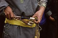 Mongolia. small naadam, archery  Ik Uul Sum      /  Flèches à la ceinture. Naadam à Ih Uul Sum  Mongolie  tir à l'arc   Durant la période de l'été, on organise des compétitions (naadam) de tir à l'arc traditionnel. Les meilleurs archers régionaux se réunissent pour cette courte période et se mesurent l'un à l'autre. Les flèches, passées à la ceinture, sont en bois de saule, avec une tête alourdie par une pièce cônique en os ou en bois de cerf pour la compétition. Sur la photo, le concurrent a reçu le badge distinctif de  - Bon Tireur -  (Mergen). (Sum de IK UUL, dans l'aymag de ZAVQAN,   /  R35/35     a  /  P0007360