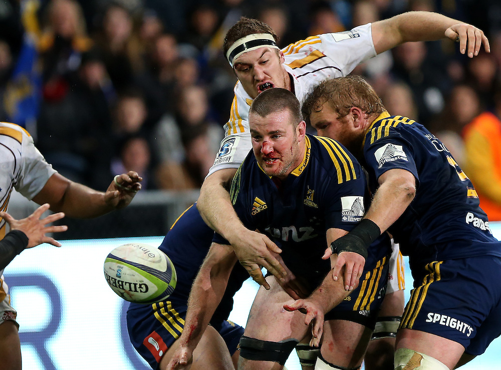 Highlanders Alex Ainley offloads the ball against the Chiefs in the quarter final Super 15 rugby match, Forsyth Barr Stadium, Dunedin, New Zealand, Saturday, June 20, 2015. Credit: SNPA/Dianne Manson