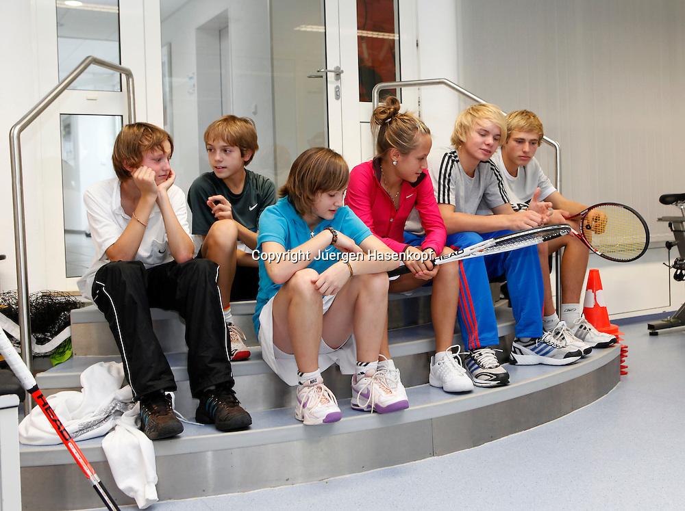 BTV Tennis Internat in der TennisBase in Oberhaching/Muenchen,.Nachwuchsspieler,Junioren,Talente, Gruppe von jungen Spielern sitzt auf der Treppe im Fitness Center,Training,Ganzkoerper,Querformat,