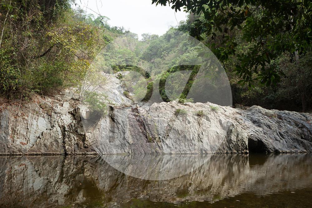 KOLUMBIEN - QUEBRADA VALENCIA - Wasserfall mit Badestellen am Bach Quebrada Valencia, welcher in der Trockenzeit, sehr wenig Wasser führt - 13. April 2014 © Raphael Hünerfauth - http://huenerfauth.ch