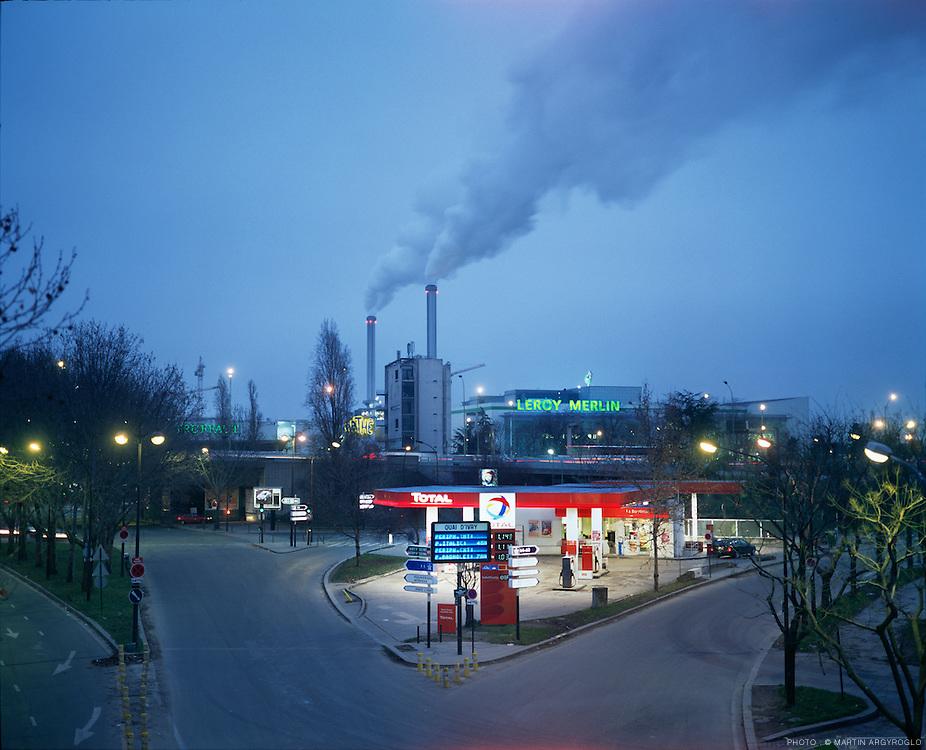 Depuis le quai Panhard et Levassor boulevard des Maréchaux, Paris 13ème arrondissement, vue les cheminées de l'usine du centre mutlifiliére d'Ivry-sur-Seine. Paris XIII. 2005