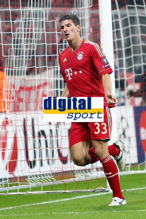 Esultanza dopo Il primo gol di Mario GOMEZ Bayern<br /> Mario GOMEZ celebrates scoring 1-0 goal<br /> 02.11.2011, Allianz Arena<br /> FC Bayern Monaco Vs Napoli<br /> Champions League<br /> Foto Insidefoto / Straubmeier