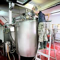 Nederland, Amsterdam , 1 juli 2010..Bierbrouwproces in bierbrouwerij t IJ..Brouwerij 't IJ is een kleine lokale Amsterdamse bierbrouwerij, sinds oktober 1985 gevestigd in voormalig badhuis Funen, naast Molen De Gooyer. De brouwerij wordt geleid door Kaspar Peterson. Alle bieren zijn gemaakt van 'biologische' grondstoffen en door SKAL[1] gecertificeerd. De brouwerij heeft ook een proeflokaal, dat alleen IJ-bier schenkt. In tegenstelling tot veel andere proeflokalen wordt het IJ-lokaal ook veel als stamkroeg gebruikt..Cleaning the cauldron of the beer in Brouwerij 't IJ, a small local brewery in Amsterdam since 1985, producing very nice beer.