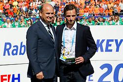 THE HAGUE - Rabobank Hockey World Cup 2014 - 15-06-2014 - MEN - FINAL AUSTRALIA - THE NETHERLANDS 6-1 -  De Belg Sebastien Dockier met de prijs voor de mooiste goal.<br /> Copyright: Willem Vernes