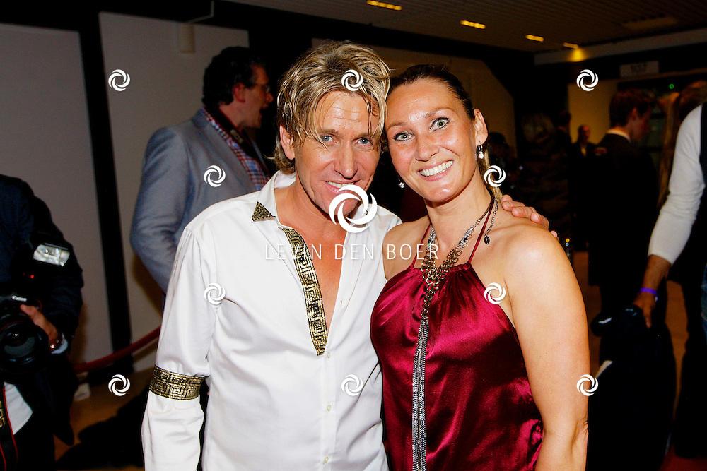 AMSTERDAM - Na het concert van De Toppers is er de welbekende VIP PARTY voor alle bekende Nederlanders. Met hier op de foto  Rene Schuurmans met zijn vrouw Monique. FOTO LEVIN DEN BOER - PERSFOTO.NU