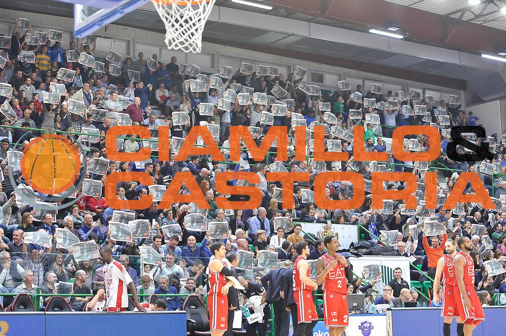 DESCRIZIONE : Campionato 2014/15 Dinamo Banco di Sardegna Sassari - Olimpia EA7 Emporio Armani Milano<br /> GIOCATORE : Rakim Sanders Pubblico<br /> CATEGORIA : Pubblico Tifosi Coreografia<br /> SQUADRA : Dinamo Banco di Sardegna Sassari<br /> EVENTO : LegaBasket Serie A Beko 2014/2015<br /> GARA : Dinamo Banco di Sardegna Sassari - Olimpia EA7 Emporio Armani Milano<br /> DATA : 07/12/2014<br /> SPORT : Pallacanestro <br /> AUTORE : Agenzia Ciamillo-Castoria / Luigi Canu<br /> Galleria : LegaBasket Serie A Beko 2014/2015<br /> Fotonotizia : Campionato 2014/15 Dinamo Banco di Sardegna Sassari - Olimpia EA7 Emporio Armani Milano<br /> Predefinita :