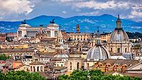 Ausblick von der Dachterrasse der Engelsburg auf Rom mit Kolosseum, Denkmal für Vittorio Emanuele II und Kapitolinischer Hügel.
