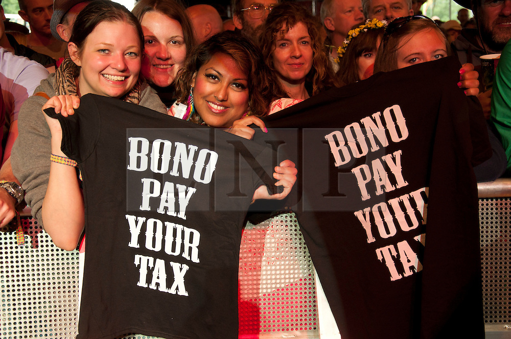 """© licensed to London News Pictures. Glastonbury Festival, UK. Crowd show off their Tshirts that say """"Bono Pay Yoor tax"""". 24 June 2011. Please see special instructions for usage rates. Photo credit should read david Mirzoeff/LNP"""
