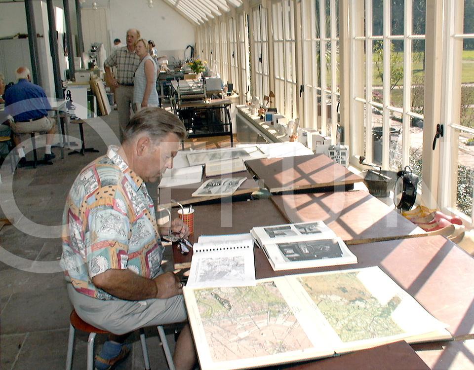 Fotografie Frank Uijlenbroek©1999/Frank Brinkman.99-0911 ommen ned.eerde,in de vernieuwde orangerie er waren veel foto,s en kaarten te zien van de situatie vroeger
