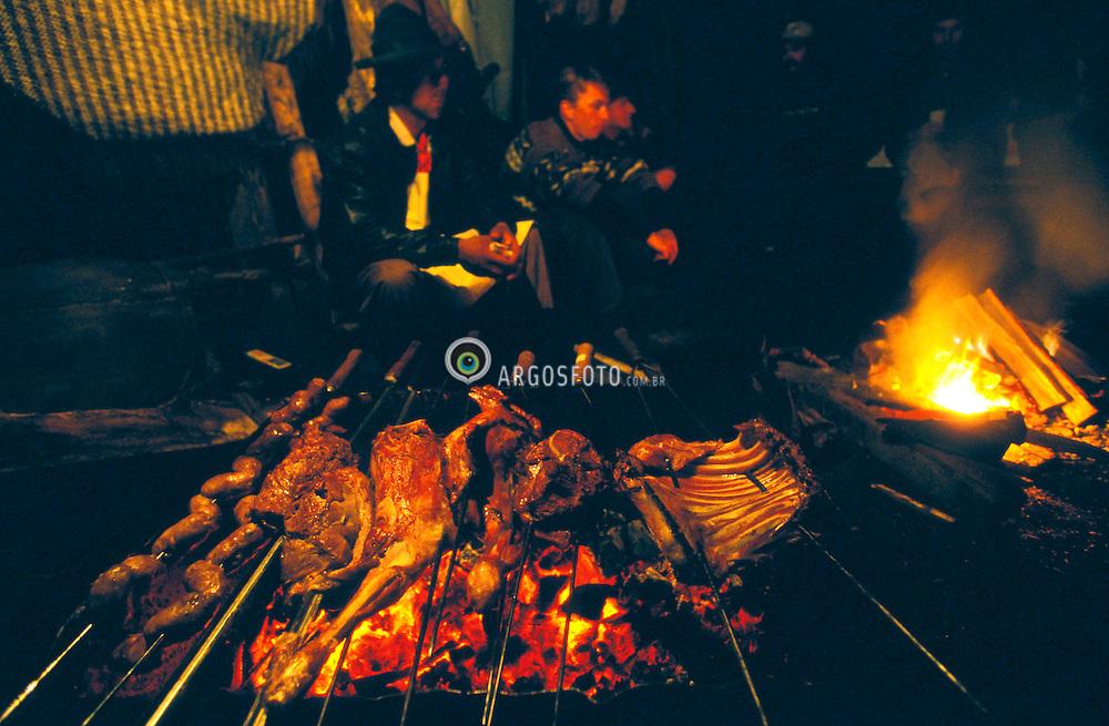 Sao Jose dos Ausentes, Rio Grande do Sul, Brasil. 30/11/1999..Tipico churrasco gaucho a noite./ Typical gaucho barbecue at night..Foto ©Marcos Issa/Argosfoto